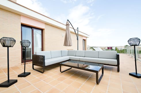 Interior Design Project – V6 in Vilamoura: Varanda, marquise e terraço  por Simple Taste Interiors