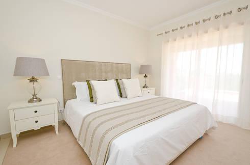 Interior Design Project – Villa Praia da Luz: Quarto  por Simple Taste Interiors