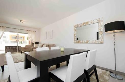 Interior Design Project - Apartment Albufeira: Sala de jantar  por Simple Taste Interiors