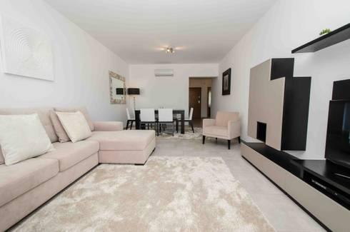Interior Design Project – Apartment Albufeira: Sala de estar  por Simple Taste Interiors