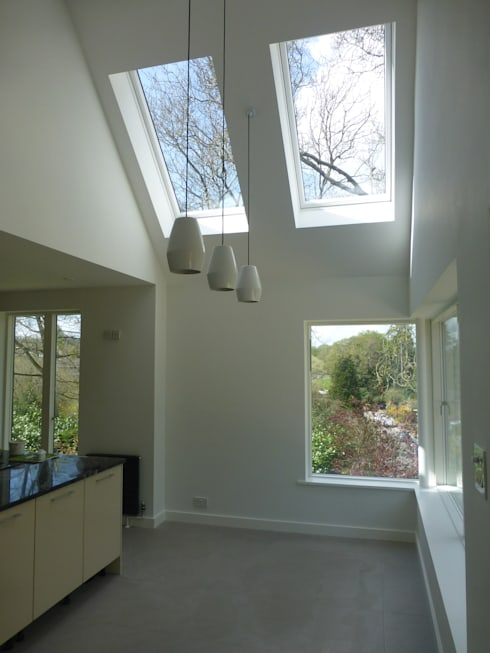 House in Winchester IV:  Dining room by LA Hally Architect