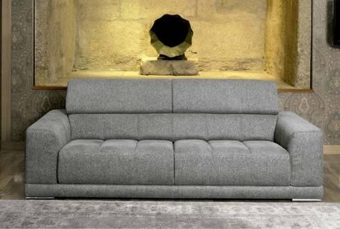 Sofás Sofas www.intense-mobiliario.com  CHANTAL http://intense-mobiliario.com/pt/sofas-3l-e-2l/420--sofa-chantal.html: Sala de estar  por Intense mobiliário e interiores;