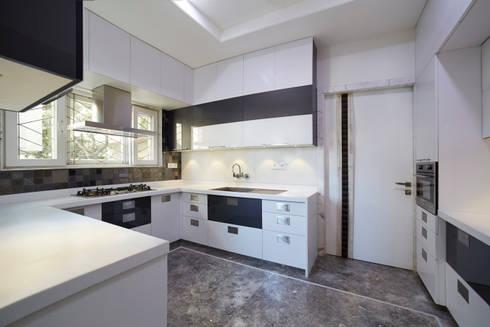 SADHWANI BUNGALOW: modern Kitchen by Square 9 Designs