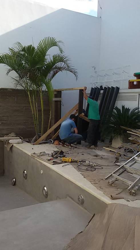 Piscina: Piletas de estilo moderno por FILIPPIS/DIP - DISEÑO Y CONSTRUCCION