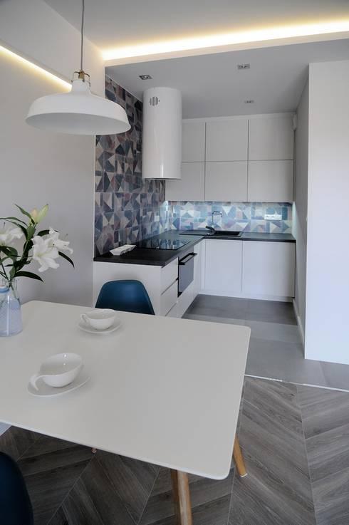 Skandynawskie mieszkanie w Krakowie.: styl , w kategorii Kuchnia zaprojektowany przez ARTEMA  PRACOWANIA ARCHITEKTURY  WNĘTRZ