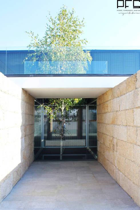 CASA DA_PÓVOA DE VARZIM_2011: Jardins de Inverno minimalistas por PFS-arquitectura