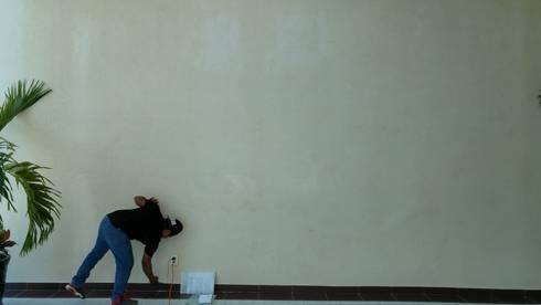 Muro para colocación: Oficinas y tiendas de estilo  por RecreARQ Construcciones