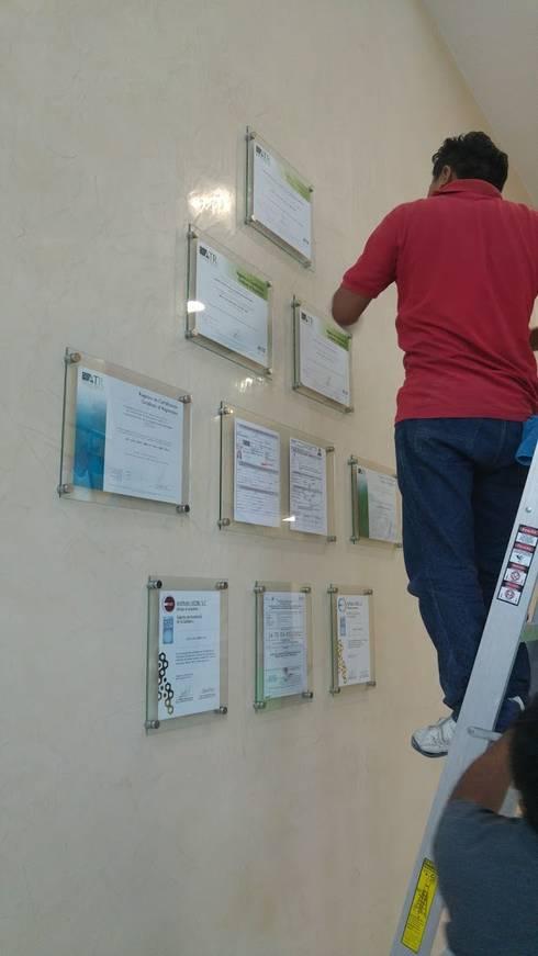 Instalando los reconocimientos: Oficinas y tiendas de estilo  por RecreARQ Construcciones