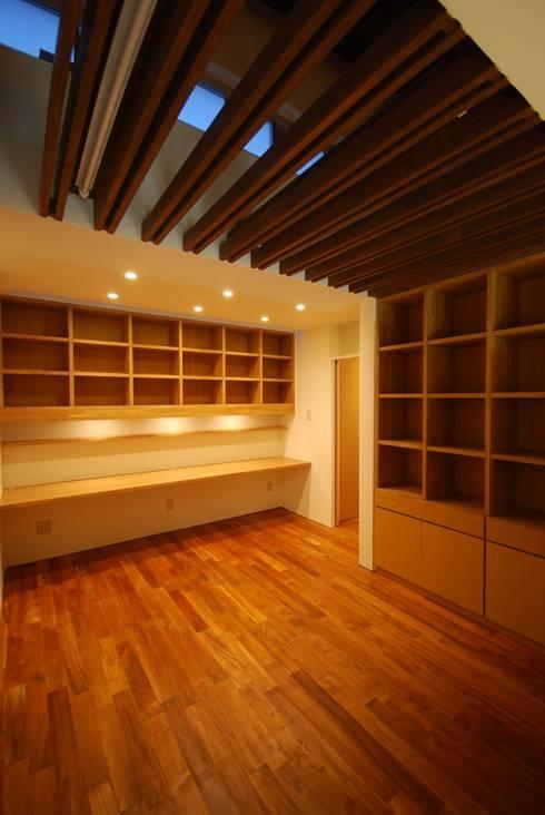 SKM-HOUSE: 門一級建築士事務所が手掛けた書斎です。