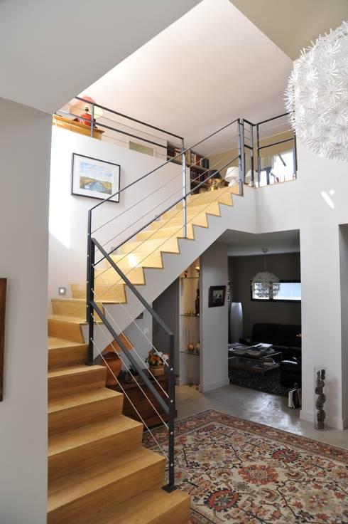 Escaliers: Couloir et hall d'entrée de style  par Pierre Bernard Création