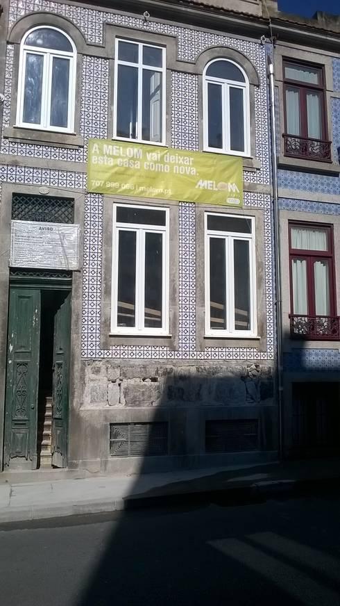 Fachada - obra em curso: Casas clássicas por Melom Cool