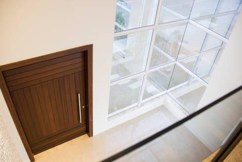 Casa QE148: Janelas   por Cecyn Arquitetura + Design