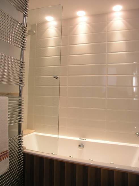 Casa indipendente: Bagno in stile in stile Moderno di Criscione Arredamenti