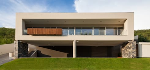 Fachada: Casas de estilo minimalista por URBN
