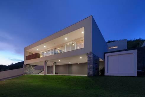 Fachada iluminada: Casas de estilo moderno por URBN