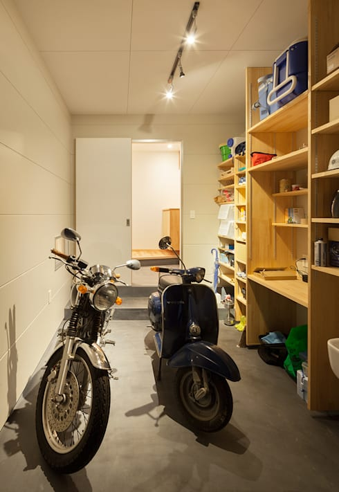 modern Garage/shed by 田村の小さな設計事務所