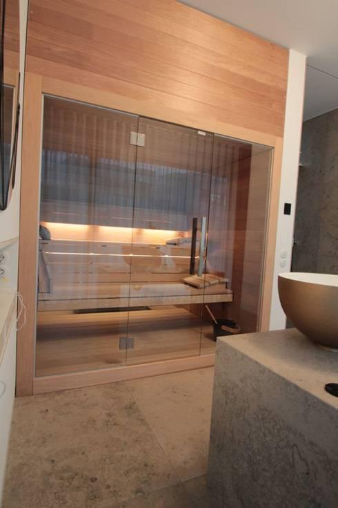 Sauna mit Glasfront und deckenhoher Verkleidung. von Wellness & More ...