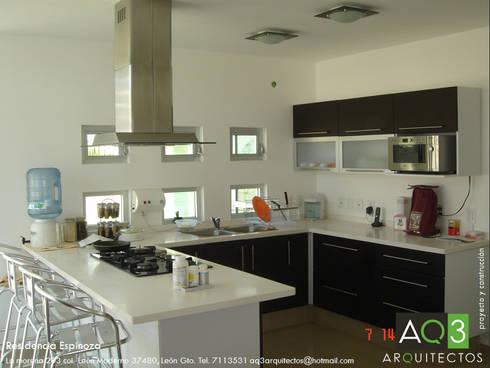 Recidencia Espinoza: Cocinas de estilo moderno por AQ3 Arquitectos