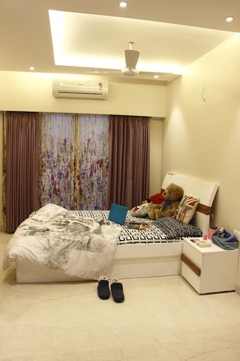 Makeshift house for Panjabis.:  Bedroom by Neha Changwani