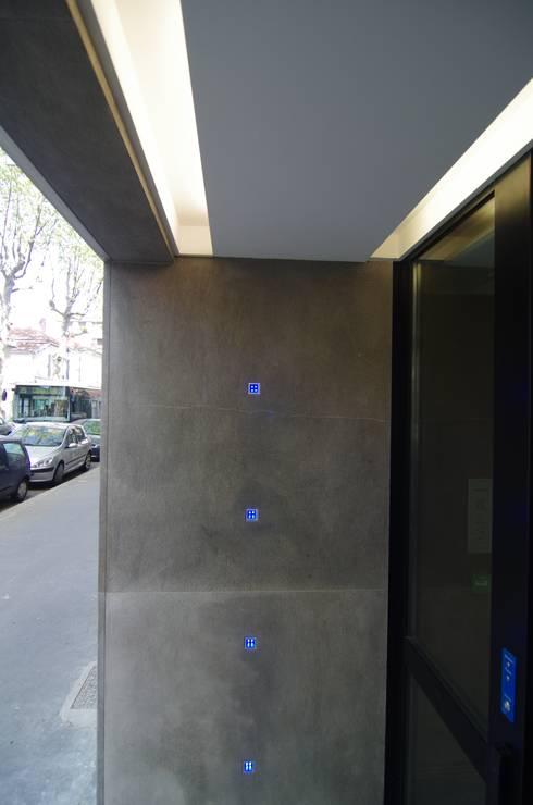 Mur lumineux: Locaux commerciaux & Magasins de style  par Pierre Bernard Création
