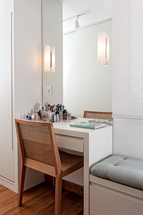 Dormitorios de estilo  por Ambienta Arquitetura