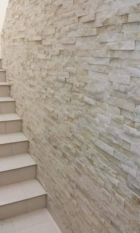 detalle piedra natural pasillo hall y escaleras de estilo por diia