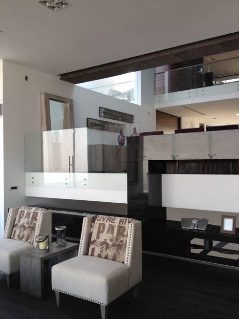 COMPLEMENTOS DE SALA: Salas de estilo moderno por ENSAMBLE STUDIO