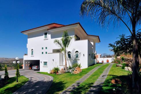 la fachada lateral: Casas de estilo colonial por Excelencia en Diseño