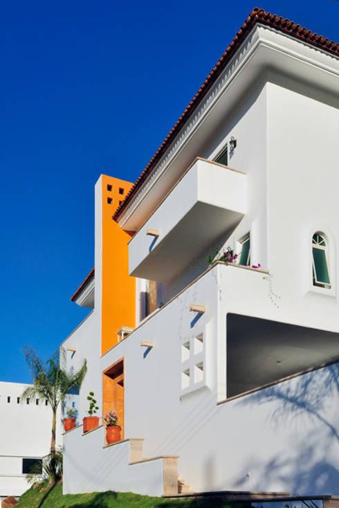 fachada principal: Casas de estilo colonial por Excelencia en Diseño