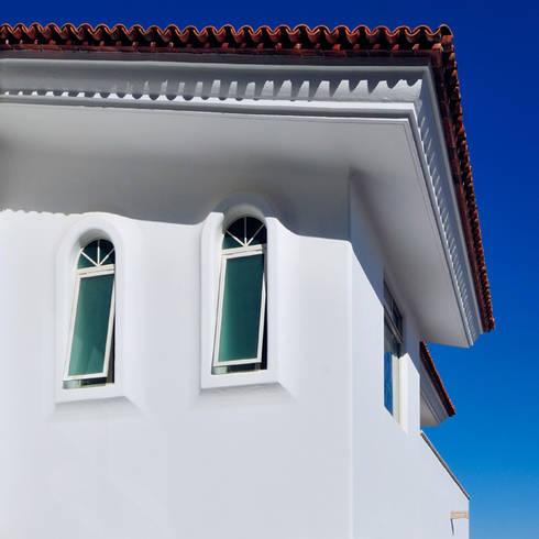 fachada exterior con detalle de ventanas: Casas de estilo colonial por Excelencia en Diseño