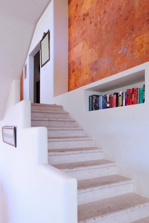 escaleras interiores: Pasillos y recibidores de estilo  por Excelencia en Diseño