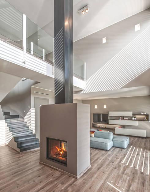 Progettazione e realizzazione villa moderna: Soggiorno in stile  di Arch. Paolo Bussi