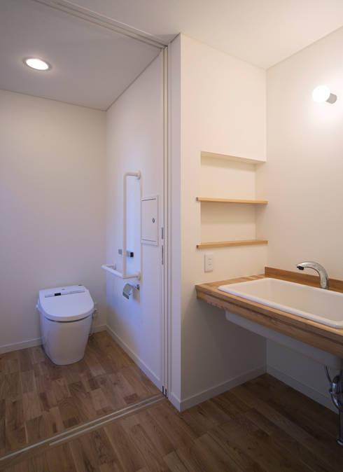 ペットと暮らすバリアフリーの家: かんばら設計室が手掛けた浴室です。