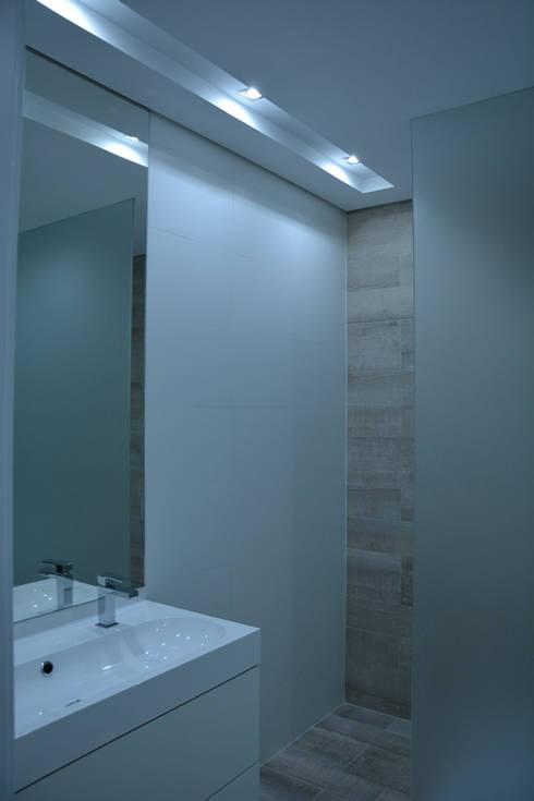 Remodelação de Anexo: Casas de banho modernas por Atelier de Arquitectura Susana Guerreiro