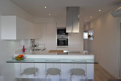 Remodelação de Anexo: Cozinhas modernas por Atelier de Arquitectura Susana Guerreiro
