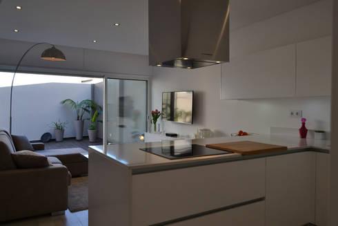 Remodelação de Anexo: Salas de estar modernas por Atelier de Arquitectura Susana Guerreiro