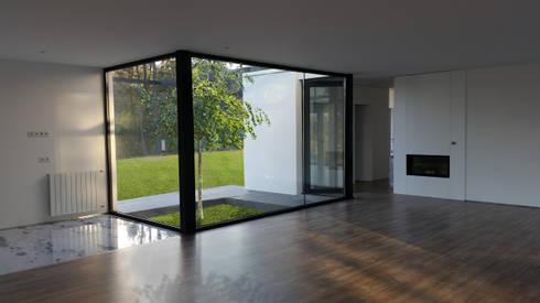 Entrada principal: Corredores e halls de entrada  por Hugo Pereira Arquitetos