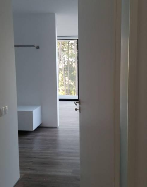 Closet: Closets modernos por Hugo Pereira Arquitetos
