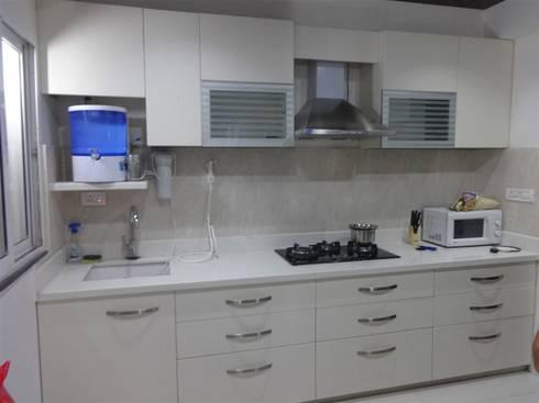 straight kithen with wall cabients : modern Kitchen by aashita modular kitchen