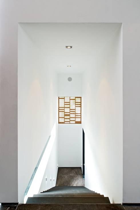 Casa X: Pasillos y recibidores de estilo  por Agraz Arquitectos S.C.