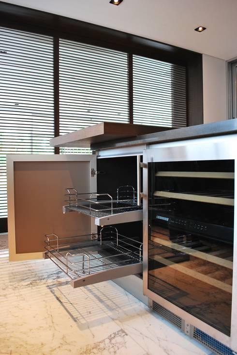 ACCESORIOS EXTRAIBLES.  CAVA LIEBHERR BAJO CUBIERTA: Cocinas de estilo moderno por ARTE CUCINE/ PEDINI SAN ANGEL