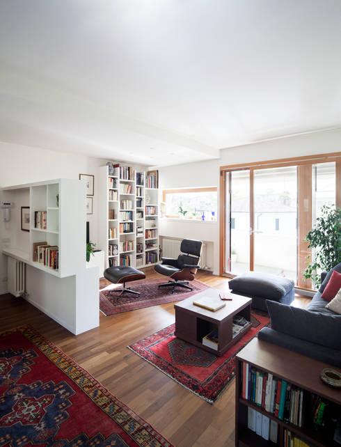 F House: Soggiorno in stile  di EXiT architetti associati