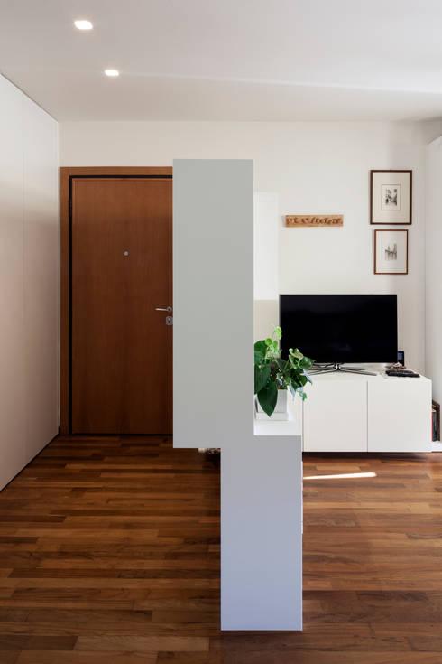 F House: Ingresso & Corridoio in stile  di EXiT architetti associati