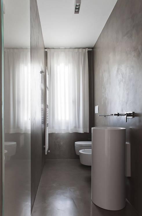 Baños de estilo minimalista por EXiT architetti associati