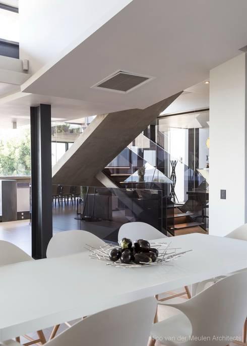Couloir et hall d'entrée de style  par Nico Van Der Meulen Architects