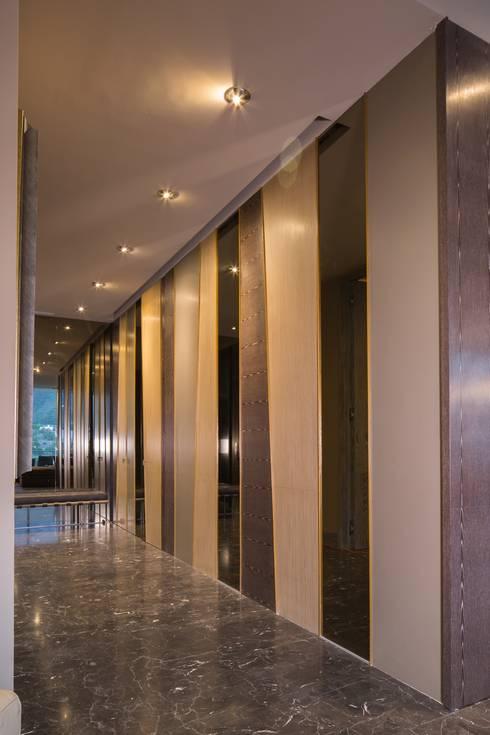 PC Fase 2 Piso 5: Pasillos y recibidores de estilo  por Línea Vertical