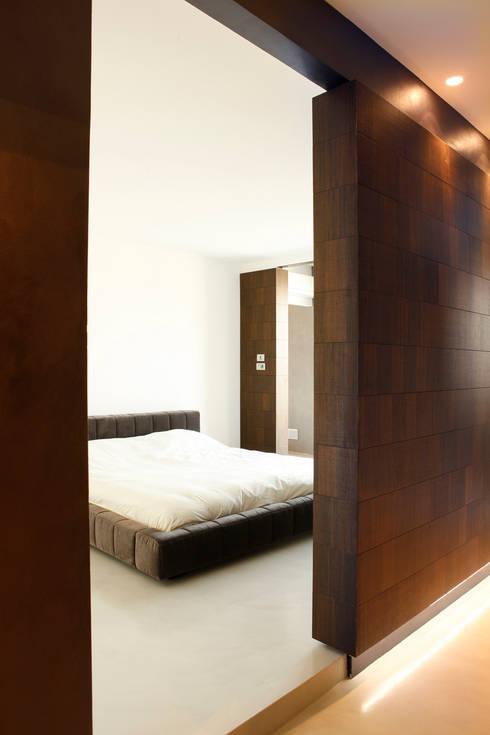 LOFT CUBE: Camera da letto in stile in stile Moderno di Studio Fabio Fantolino
