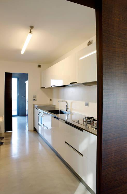 LOFT CUBE: Cucina in stile in stile Moderno di Studio Fabio Fantolino