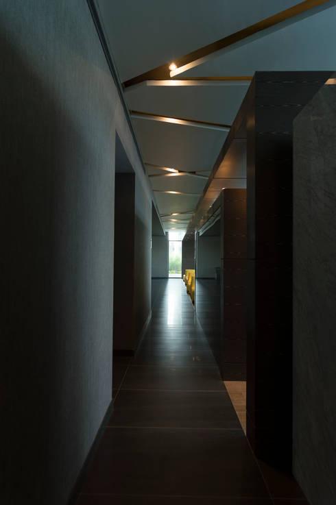 Amenidades Edificio Fuentes: Pasillos y recibidores de estilo  por Línea Vertical