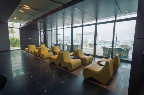 Amenidades Edificio Fuentes: Salas de estilo moderno por Línea Vertical